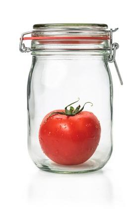 Frische Tomate in einem Einmachglas