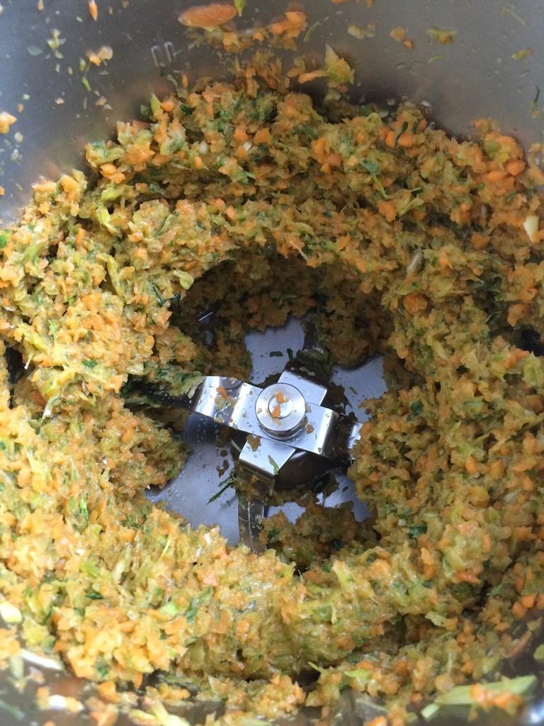 Hackbraten mit Kräutern im Mixer
