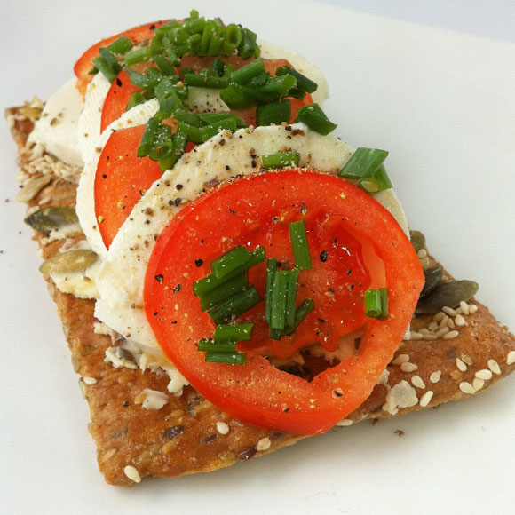 Tomate Mozzarella auf Knäcke