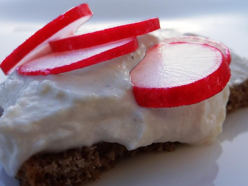 Schnell - einfach - sättigend. Quark gewürzt auf Low-Carb Brot mit Radieschen.