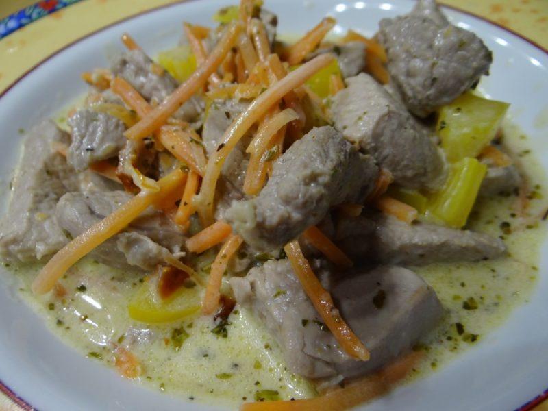 Schweinefilet mit Frischkäsesosse auf Gemüsebett