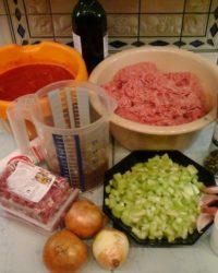 Frische Zutaten für den Pastaschutta Hackfleisch Topf