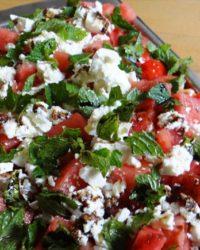Low-Carb Sommersalat mit Melone, Minze, Schafskäse