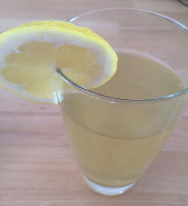 Low-Carb Eistee mit Zitrone