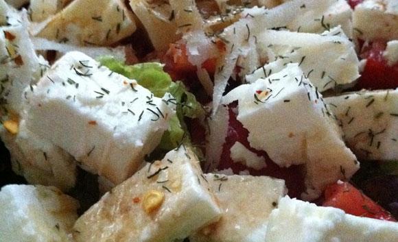 Bunter Salat mit Kaese und Chili