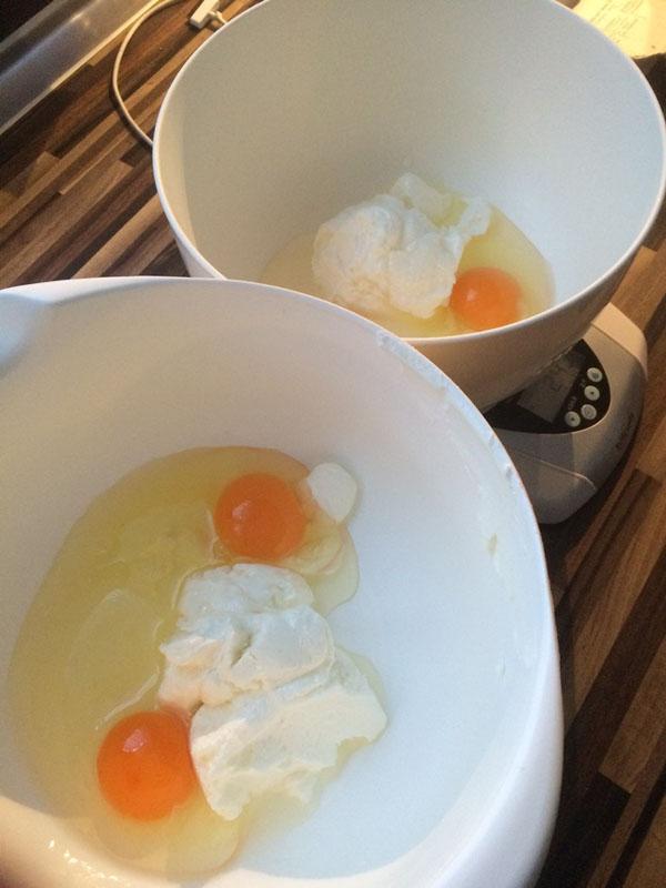 Muffins Vorbereitung Eier hinzufügen