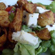 Low-Carb Sommersalat mit Hähnchen und Feta Käse