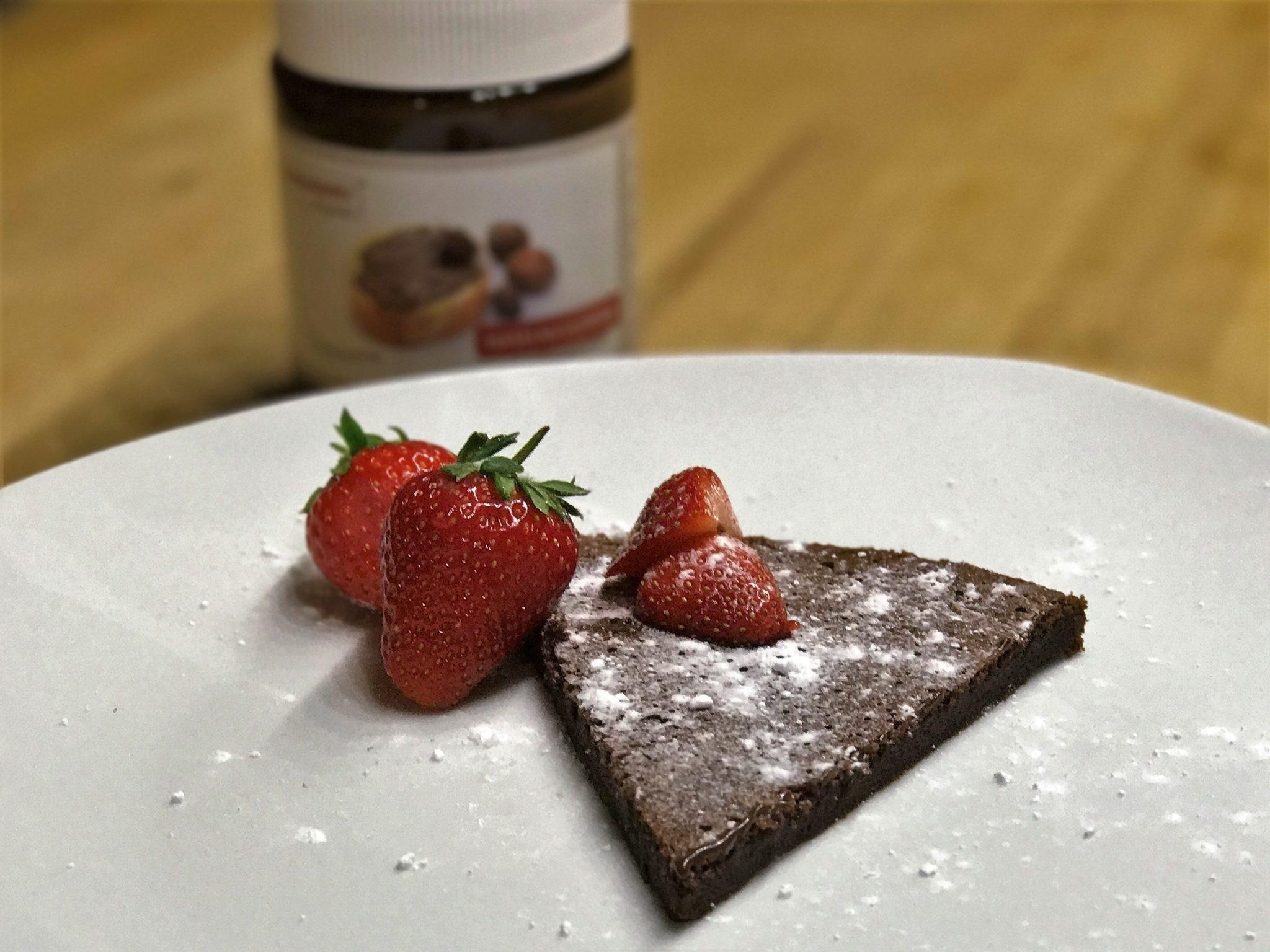 Leckerer Low-Carb Haselnusscreme Kuchen mit zwei Zutaten
