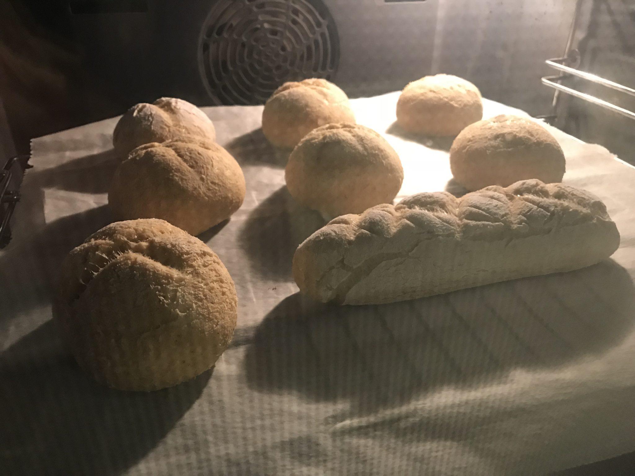 Low-Carb Hefe Brötchen und Brot im Ofen