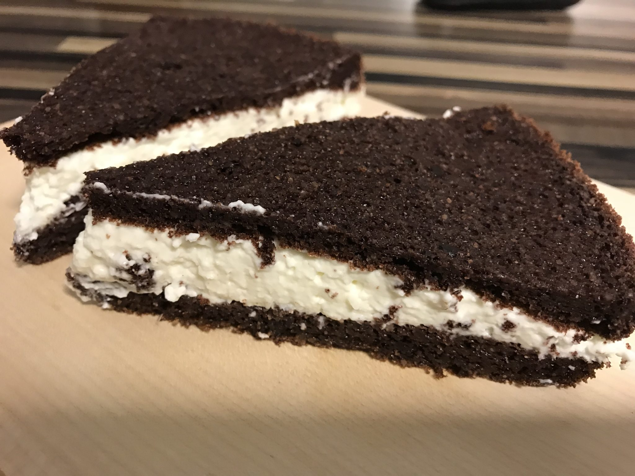 Black and White Low-Carb Kuchen mit Kokoscreme