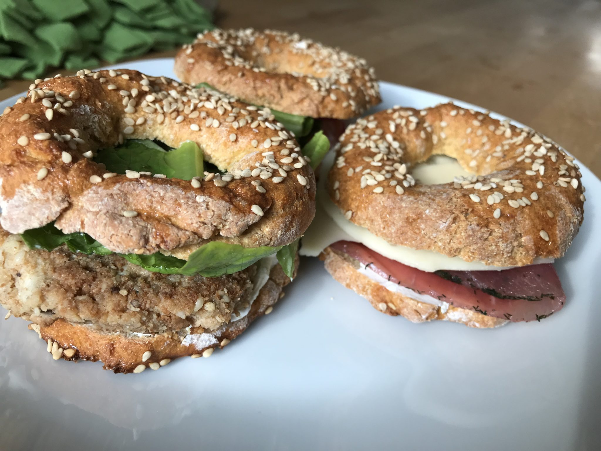 Lecker belegte Low-Carb Bagels mit Mozzarella