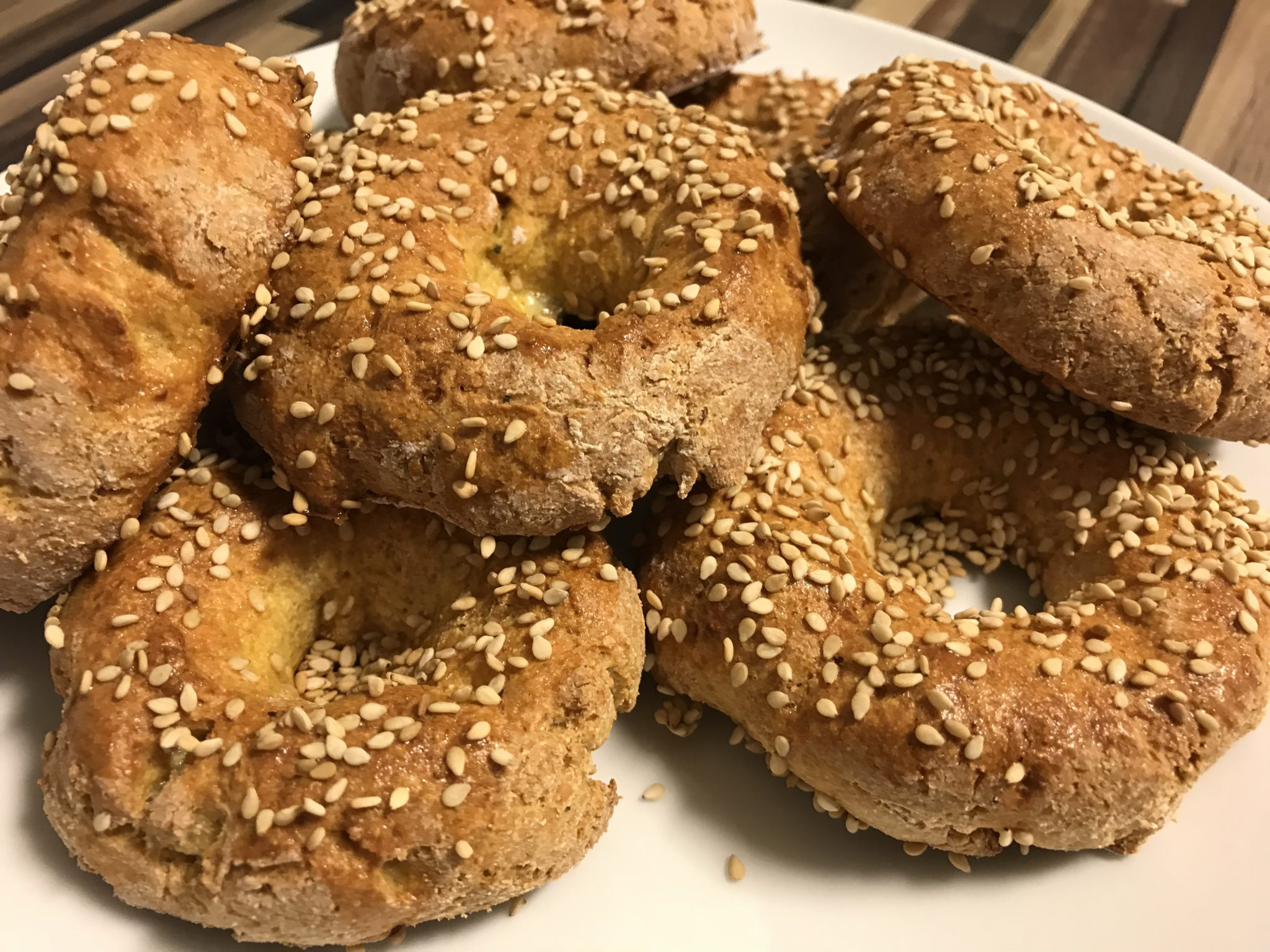 Goldbraune Low-Carb Bagels mit Mozzarella