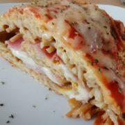 Fertige, leckere Spaghett-Omellette Rolle
