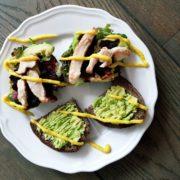 Avocado Toast auf Rustikales von Konzelmanns