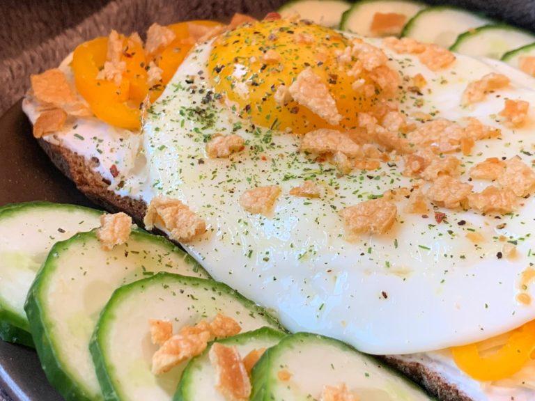 Gebackenes Goldiges mit Ei und Crunchy Topping zubereiten