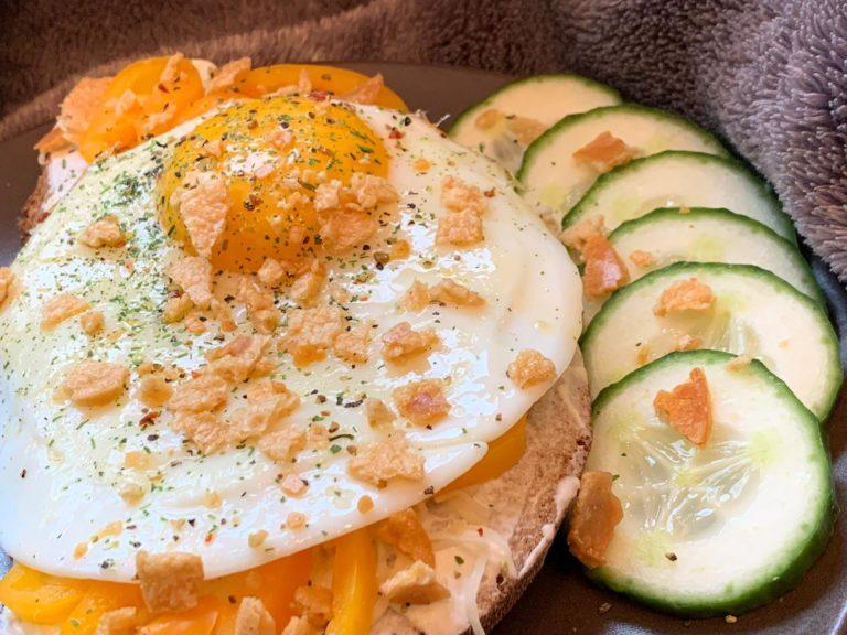 Gebackenes Goldiges mit Ei und Crunchy Topping