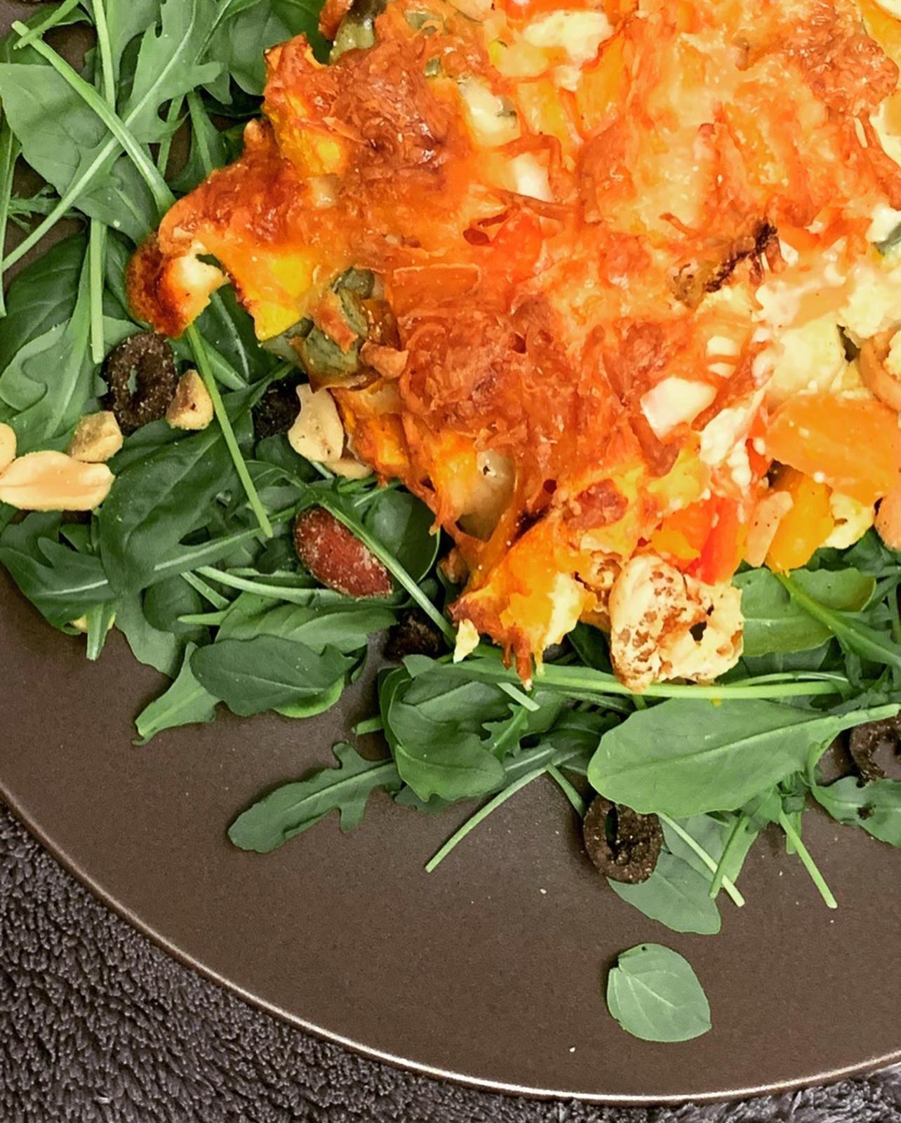 Kürbis Zucchini Auflauf auf Rucola Beet