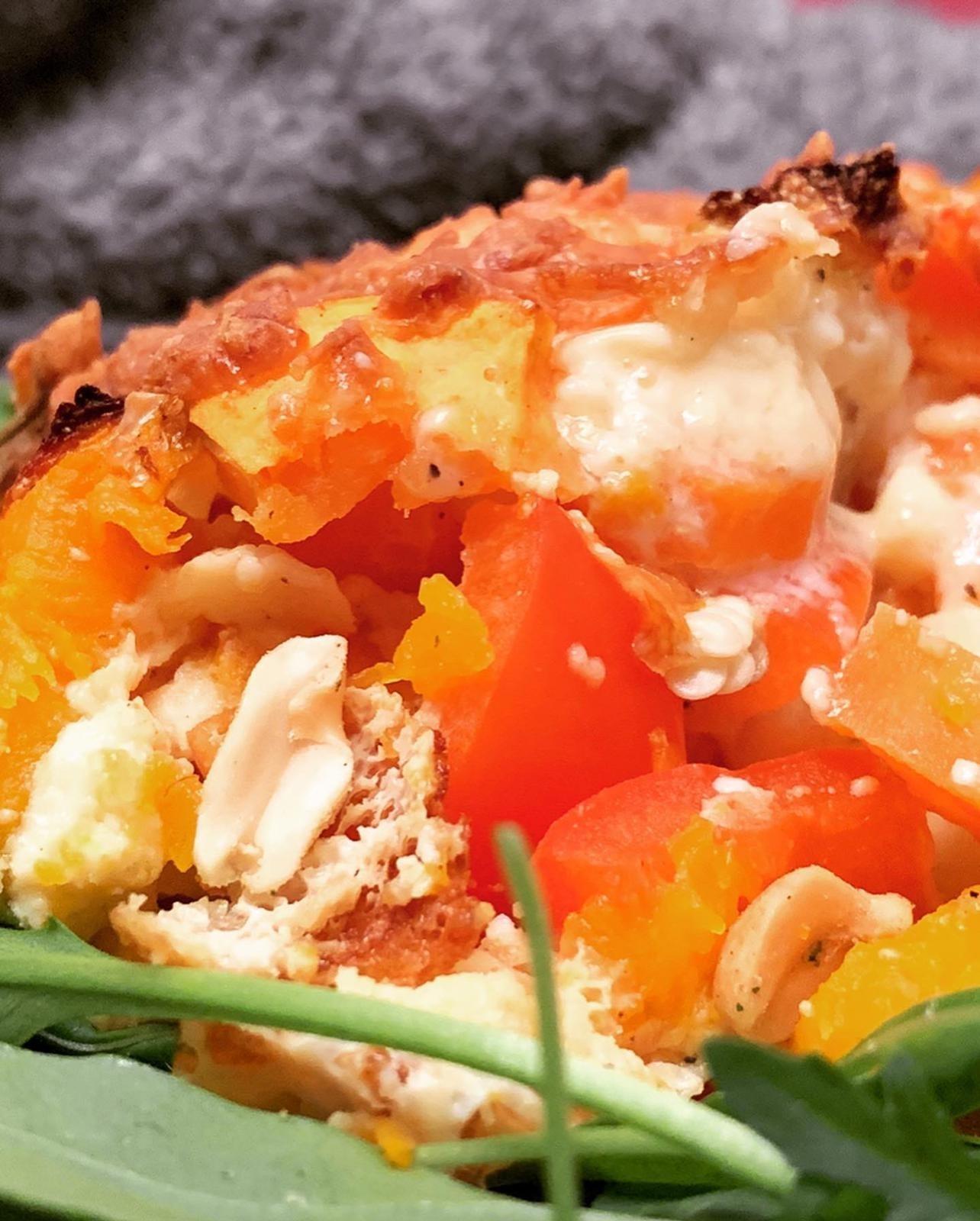 Zubereitung Kürbis Zucchini Auflauf auf Rucola Beet