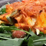 Rezept für Kürbis Zucchini Auflauf auf Rucola Beet