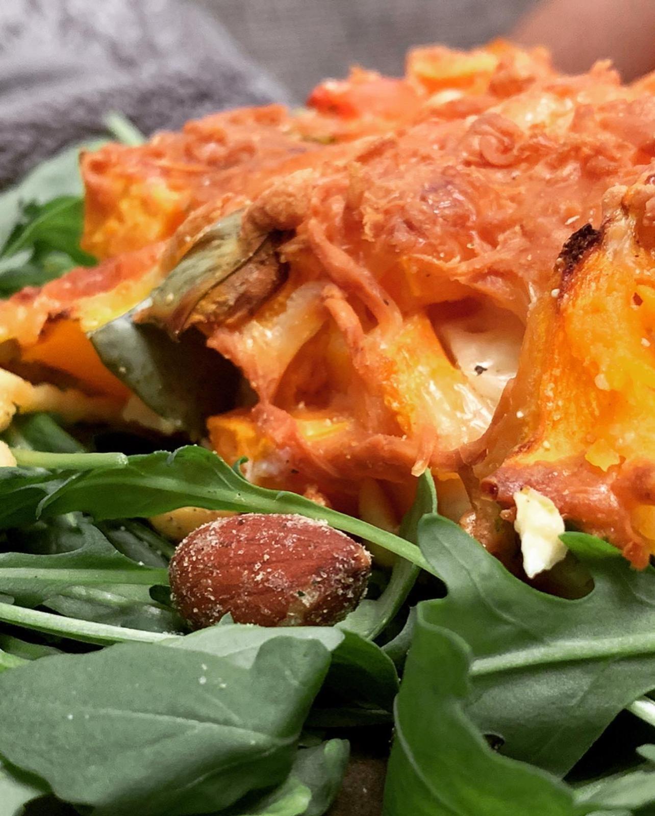 Rezeptbild Kürbis Zucchini Auflauf auf Rucola Beet