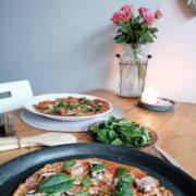 Rezept für Blumenkohlpizza mit Mandelmehl Champignons und Bacon