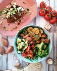 salat bowl mit ofenbrot und ziegenfrischkäse